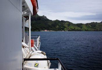 Vue sur l'île de Rapa depuis le cargo mixte
